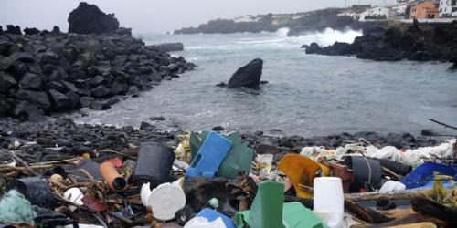1697971 dechets plastiques au large des acores