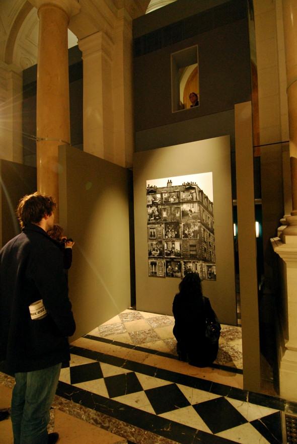 Visiteurs à l'exposition Robert Doisneau